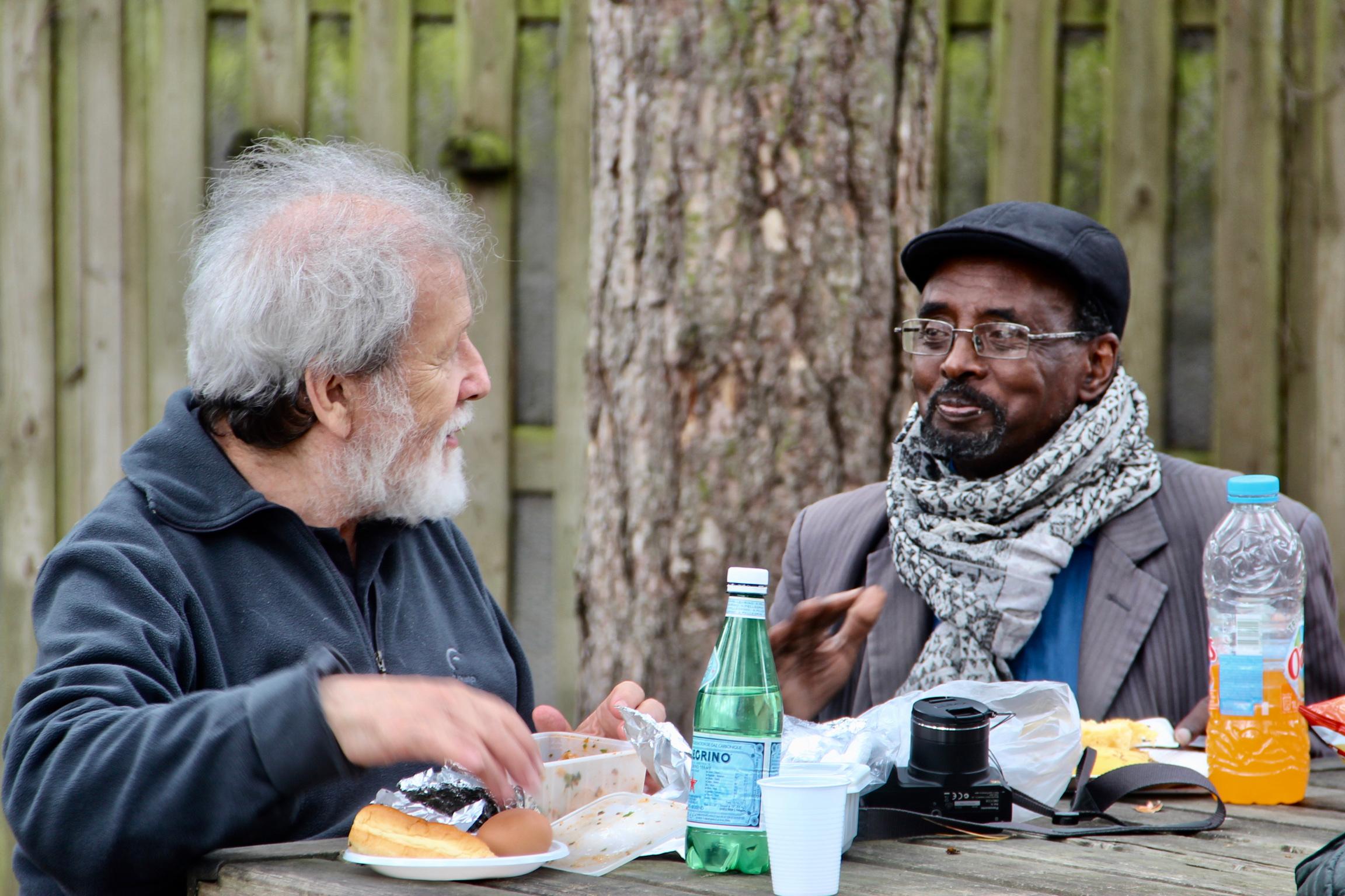 Pique-nique du voyage de fin d'année 2017 - Gérard et Ismaël en grande discussion.