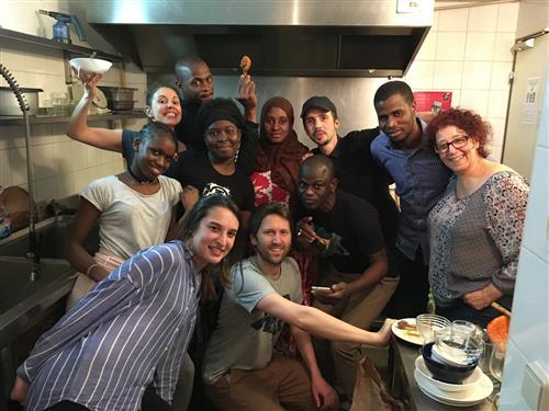Mai 2018 - Bénévoles et apprenants cuisinent à la nouvelle rôtisserie.